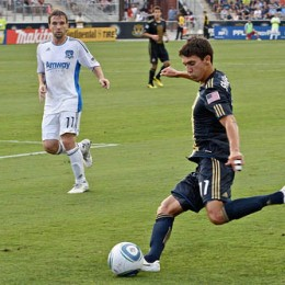 Shea Salinas crosses past Bobby Convey
