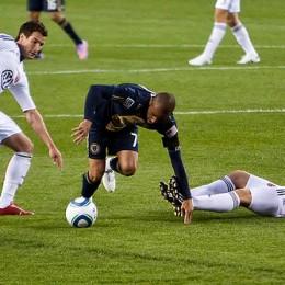 Fred dribbles through defenders. (Photo: Daniel Gajdamowicz)