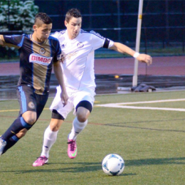 Reading alum Leo Fernandes battles United midfielder Manolo Sanchez. (Photo Credit: Hendrik Wandel)