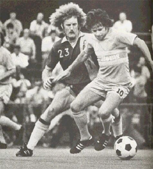 Andy Provan battles Len Renery of the New York Cosmos. Photo courtesy of nasljerseys.com