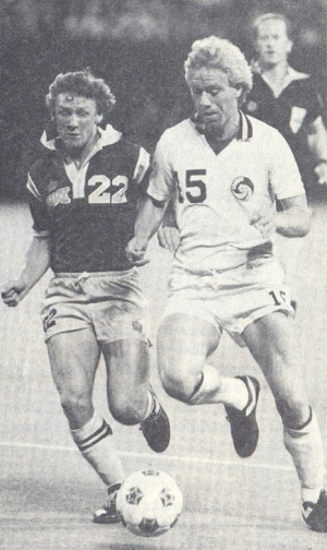The Fury's Tony Glavin covers the Cosmos' Wim Rijsbergen. Courtesy of NASLjerseys.com.