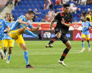Jack Elliot boots the ball as Fábio Roberto Gomes Netto tried to defend him.