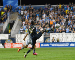 With a high kick, Jamiro Monteiro tries to receive the ball under pressure.