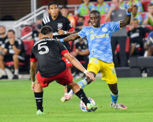 Jamiro Monteiro uses skills and footwork to try to get past defender, Júnior Moreno.